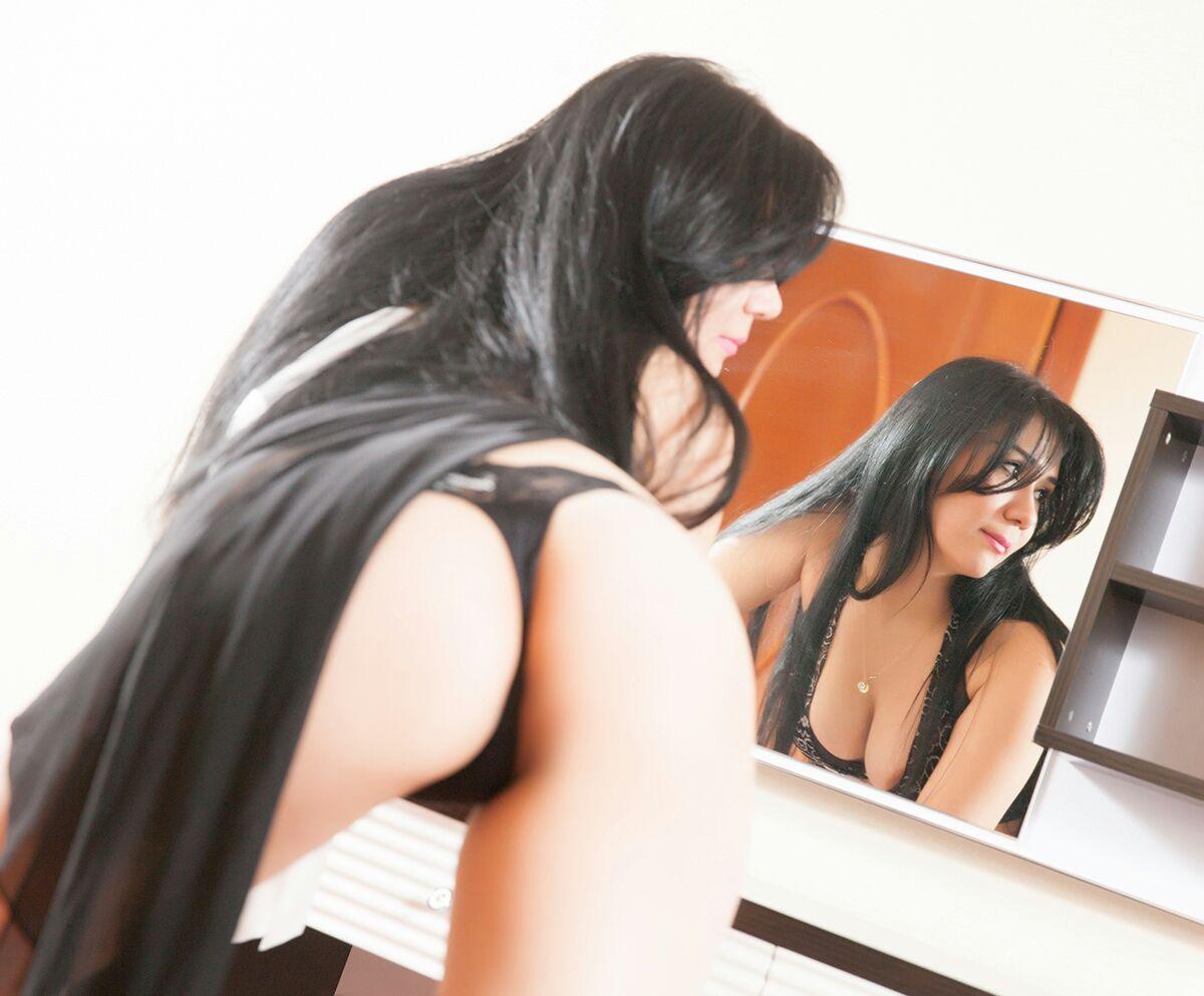 Samira escort model